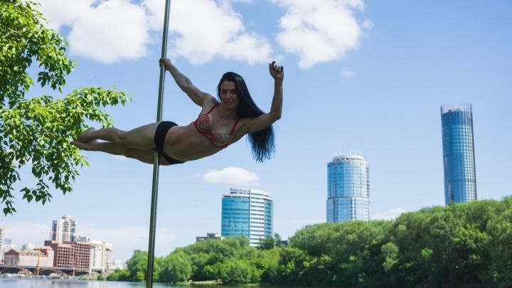 Сексуальные красотки устроили жгучую фотосессию на фоне «Екатеринбург-Сити»