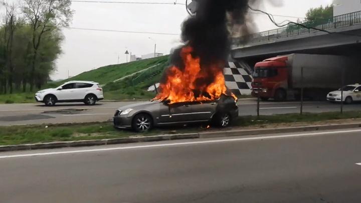 В Ростове недалеко от ТЦ «Мега» загорелся автомобиль