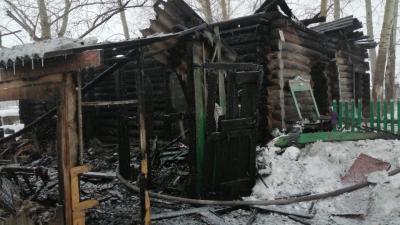 В Новосибирской области пожарный извещатель спас многодетную семью — дом уничтожен