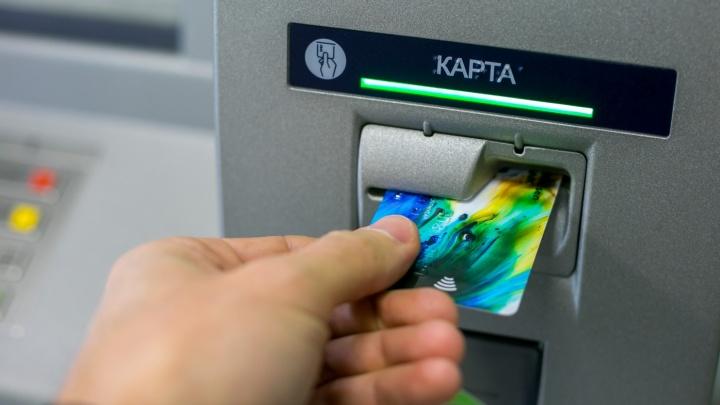 Женщина присвоила банковскую карту знакомой и потратила с нее 23 тысячи в магазинах и кафе