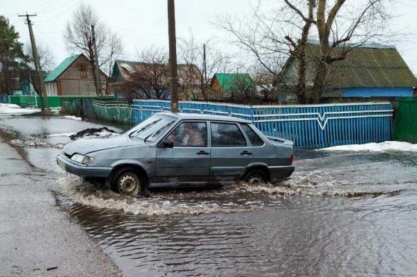 Чтобы выпустить лишнюю воду на свободу, спецслужбы прорыли траншею