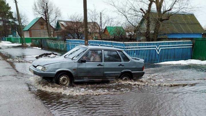 Вода наступает: в башкирском селе Мурдашево затопило улицу