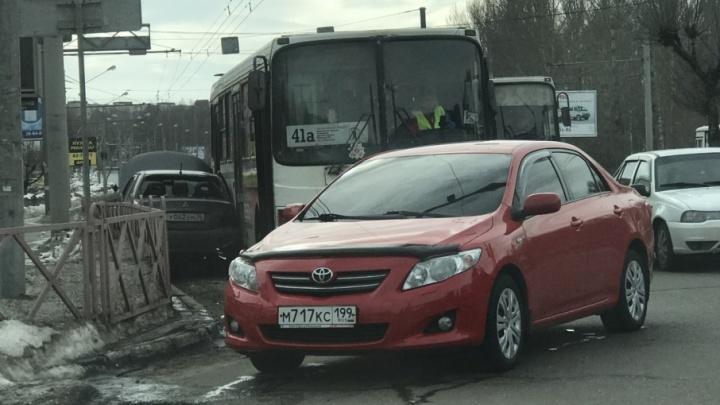 На Московском проспекте автобус зажал легковушку, вылетевшую на встречку