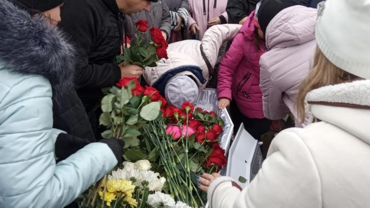 Гроб завалили цветами: в Каменске-Уральском похоронили Ксению Каторгину, убитую из-за Audi