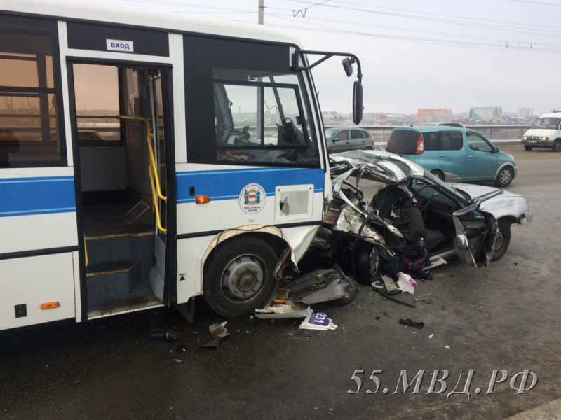 Спасатели развернули легковушку, пытаясь вытащить людей. Фото 55mvd.ru