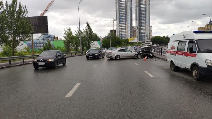 В Екатеринбурге регистратор снял, как летящий по встречке Ford врезается в BMW