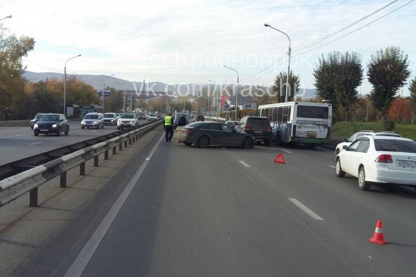 Авария перегородила две полосы в сторону центра города