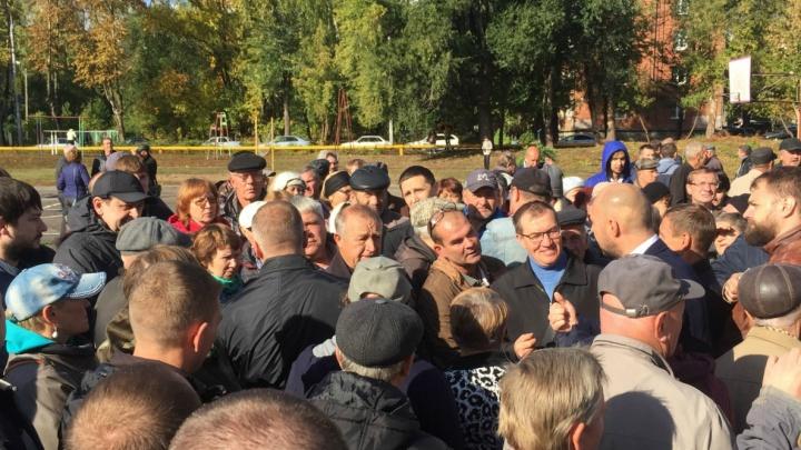 Жители Мехзавода протестуют против сноса гаражей в 10-м квартале
