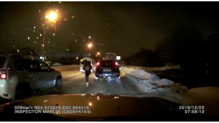 Пешеход бросился в поток машин на Немировича-Данченко — на видео попал момент аварии
