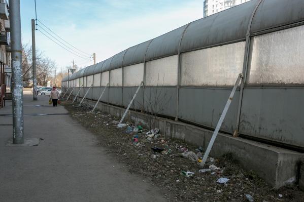 Сейчас такие экраны можно встретить на Мичурина, в Покровском и других районах