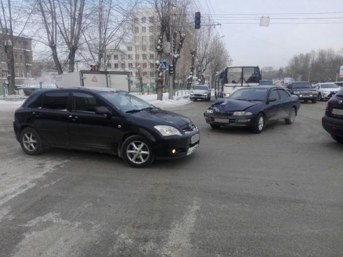 В аварию попали «Тойота» и ВАЗ