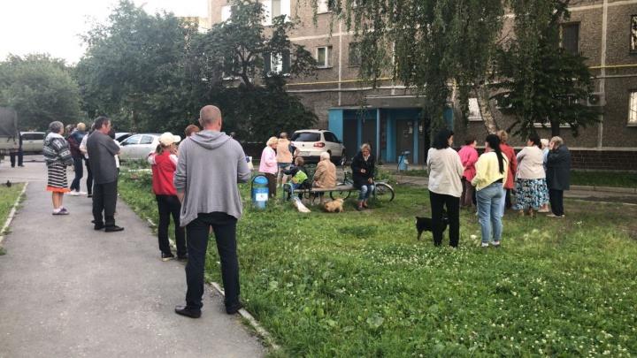 Жильцы дома на Белореченской, где собака покусала старушку, устроили стихийную сходку