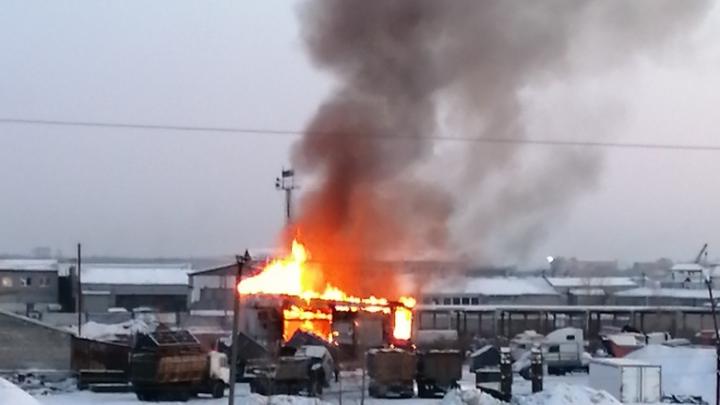 В Кургане сгорел склад строительного магазина в Восточном районе