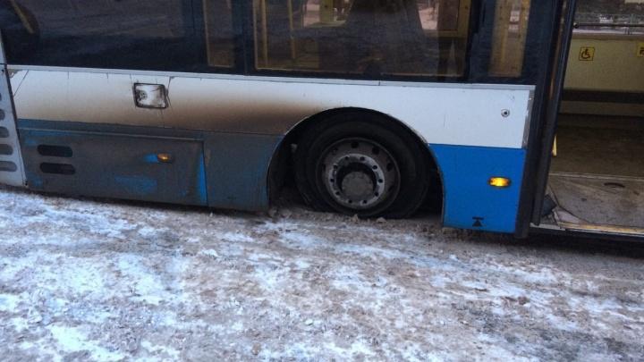 Стучало очень громко: в Волжском автобус на ходу потерял колеса