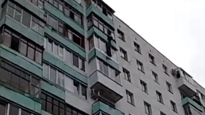 В Уфе сняли на видео, как спасают пятилетнего ребенка, висящего на 8 этаже