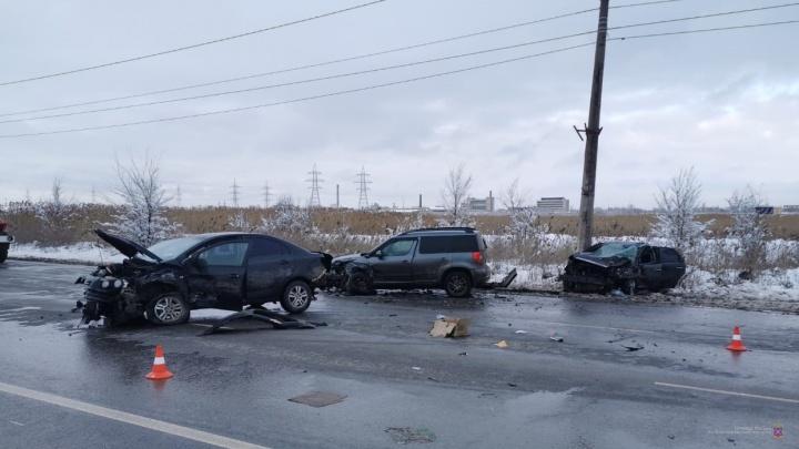 От удара отлетел в столб: в жестком ДТП на юге Волгограда пострадали водители двух машин