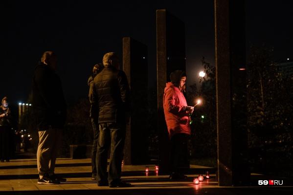 Люди приходят на место падения самолета, чтобы вспомнить погибших близких