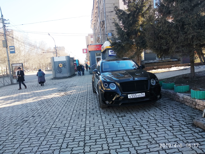 «Я паркуюсь как чудак»:Bentley с номерами О555ОО — обходим его и кланяемся