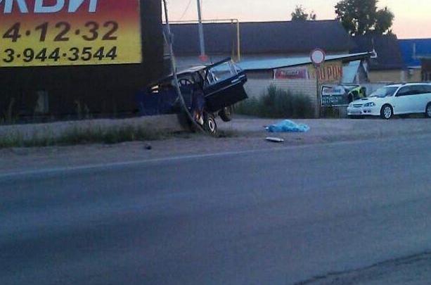 Новосибирец на «Жигулях» врезался в бетонный блок и умер до приезда «скорой»