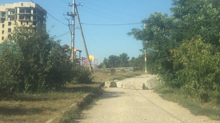 «Мы экономили минут 15»: объездную дорогу в Дзержинском районе Волгограда закрыли бетонными блоками