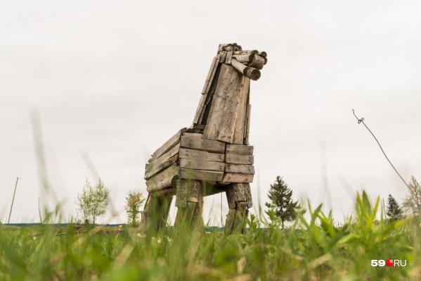 Одна из работ Алексея — двухметровый деревянный конь