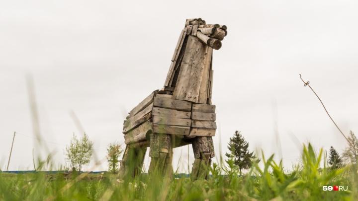 В Березниках есть странные деревянные скульптуры. Оказалось, за ними — трагическая история человека