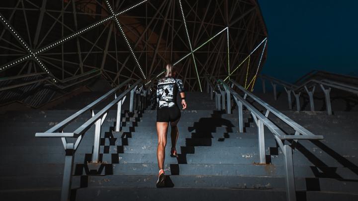 Заряжают на спорт: смотрим атмосферные фото атлетичных бегунов на ночной «Волгоград Арене»