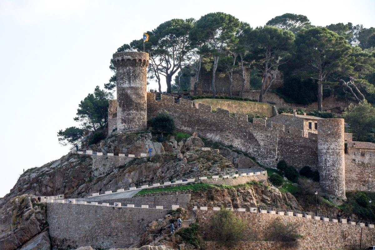 А есть и настоящие замки, но это уже вотчина туристов