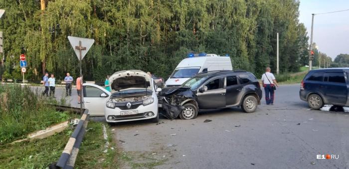 В аварии участвовали дваRenault и Opel