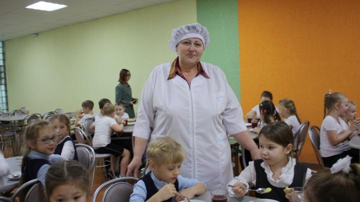 «Сосиска — лидер меню»: повар школьной столовой рассказала, чем и как кормят школьников в Кургане
