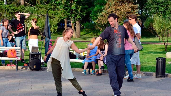 Фестиваль светошариков, бесплатные танцы и конкурс красоты: планируем выходные в Омске