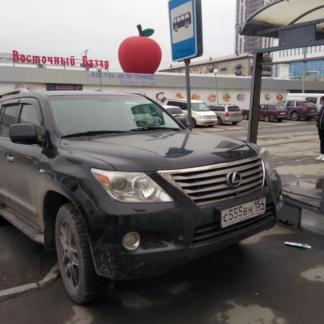 «Я паркуюсь как чудак»: Lexus 555 — прочь с остановки