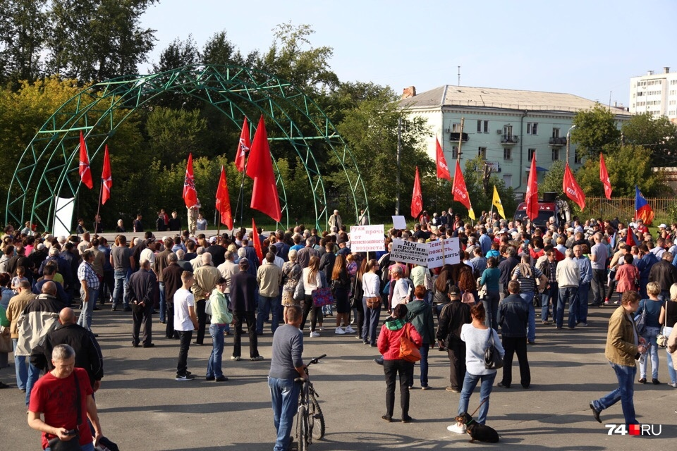 В сквере около ДК «Колющенко» собралось около шестисот человек