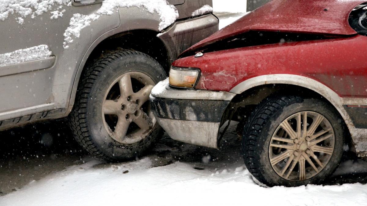 С начала года из-за дорожных условий в Новосибирске случилось больше восьми сотен аварий
