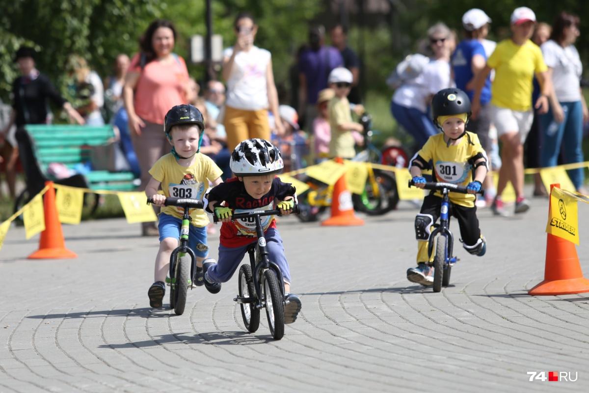Беговел очень похож на велосипед, но принципиально от него отличается — у него нет педалей