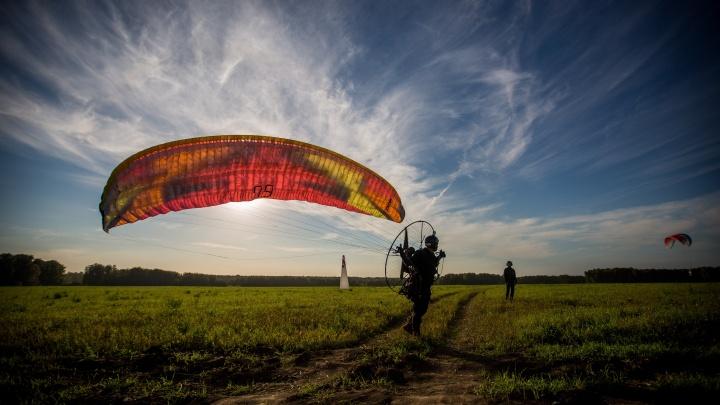Всё небо в карлсонах: фотограф НГС красиво снял полёты новосибирских пилотов-чемпионов