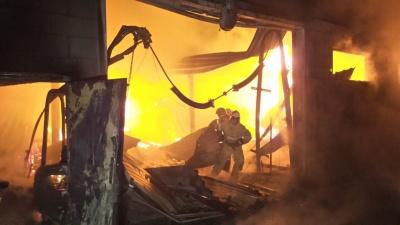 Сгорела техника, обвалилась крыша: в Берёзовском сгорела лесопилка местного депутата
