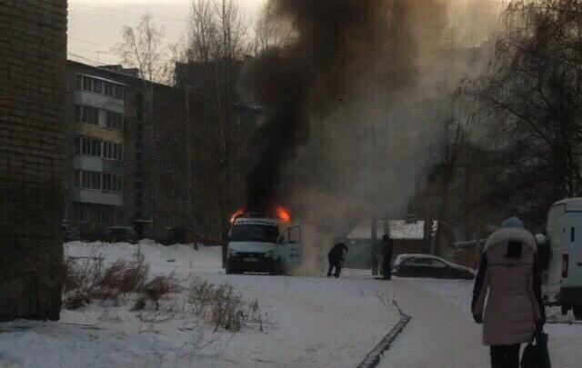 Машина коммунальщиков вспыхнула во дворе многоэтажки в Первомайском районе