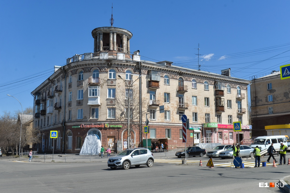 Здание с башенкой в центре Нижнего Тагила