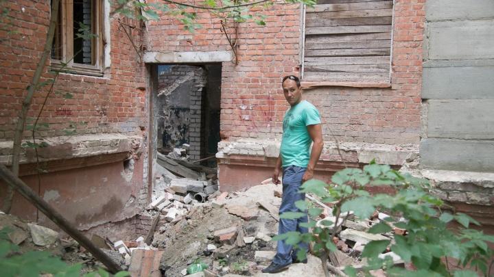 «Им здесь не место»: администрация Волгограда снесет рассадник бомжей у исполкома «Единой России»