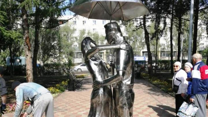 В Омске установили новый фонтан в виде влюблённых