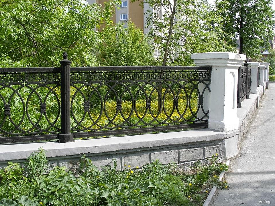 Так ограда выглядела еще летом