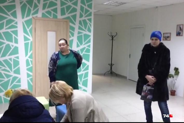 Организатор фитнес-туров Наталья Тишенко (на фото в зелёном платье) за год так и не расплатилась с большим числом потерпевших