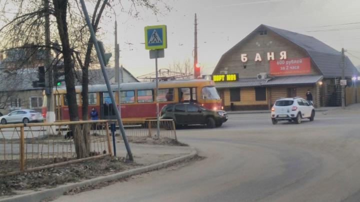 «Пробки на дороге и на путях»: волгоградцы из-за аварии не дождались трамваев