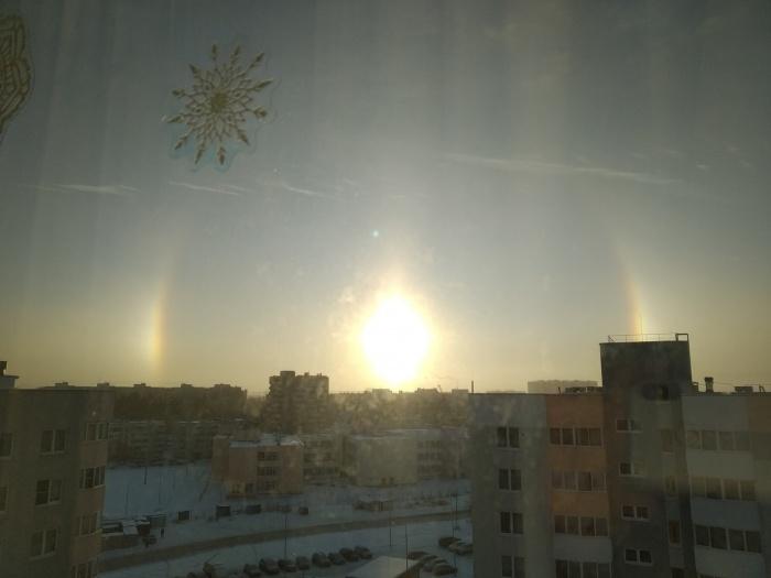 Кажется, что в небе сразу несколько солнц