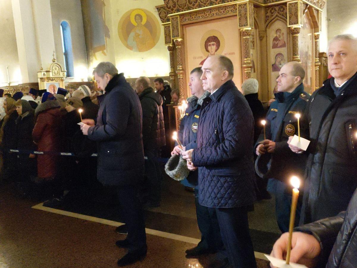 Свечу в память о погибших поставил губернатор Челябинской области Борис Дубровский