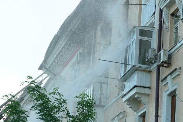 По предварительным данным, пожар начался из-за того, что ребенок поджег диван