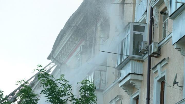 В сгоревшем в центре Ростова доме убрали часть крыши и дали свет в квартиры