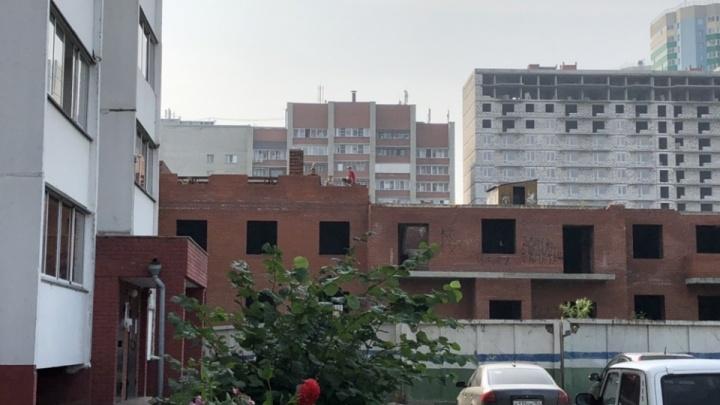 «Дети с радостью убегали от сторожа»: директор завода — об обвинении в смерти девочки на заброшенной стройке
