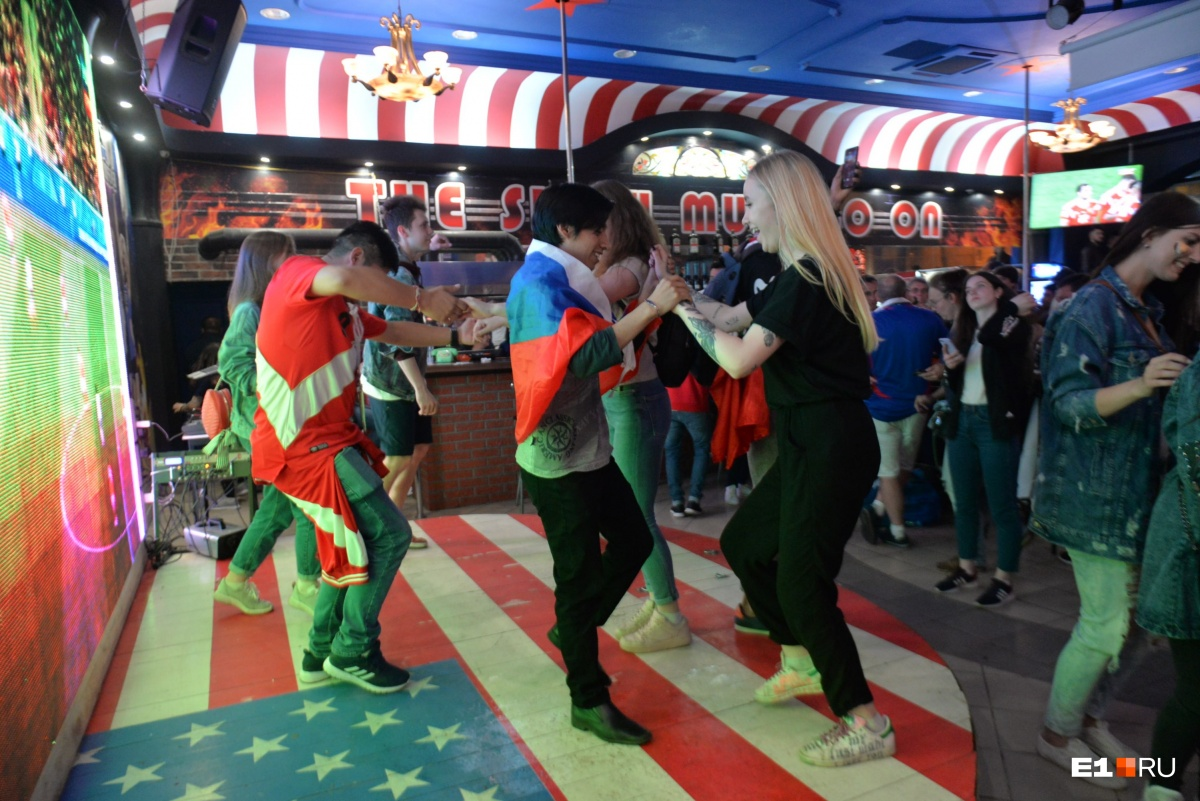 В баре «Американка» екатеринбуржцы и иностранцы готовы были тусить каждый день до утра